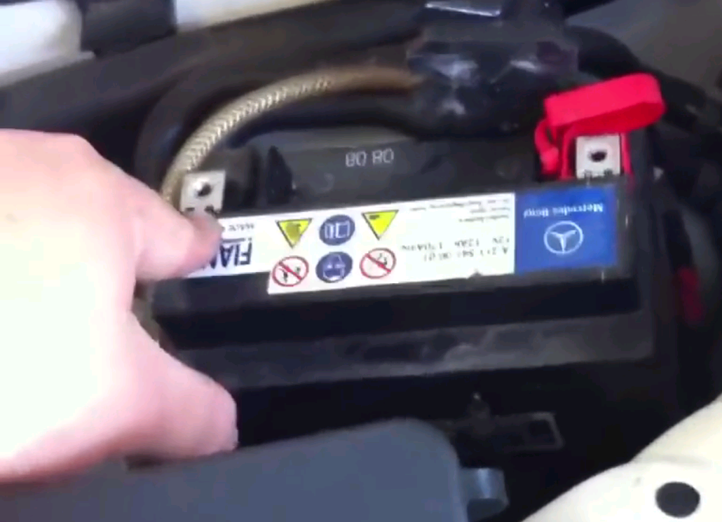 Mercedes benz e class and e class amg w211 why is there a for Mercedes benz e320 battery
