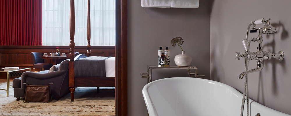 Habitación grande Soho House Chicago, desde la suite de baño