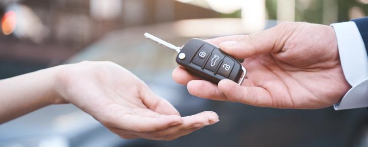 Cómo intercambiar (trade in) un auto con equidad negativa