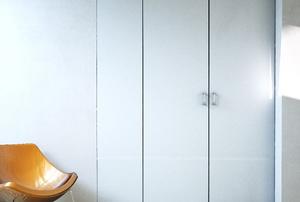 Bi-fold sliding closet doors