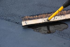 sealing asphalt driveway