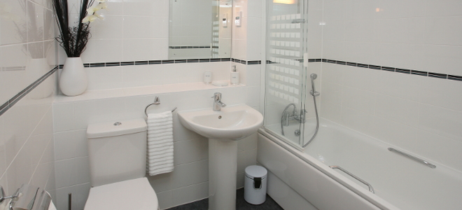 bathroom with toilet, sink, and bathtub