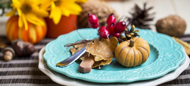 A Thanksgiving tablescape with blue plates.