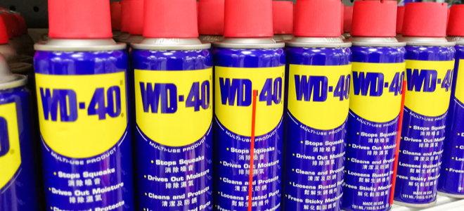 bidons de lubrifiant wd-40 dans une rangée