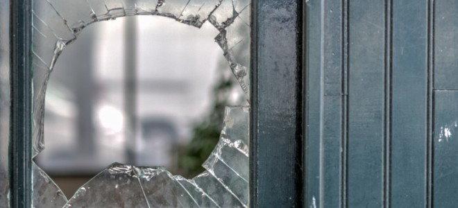 разбитое окно в двери