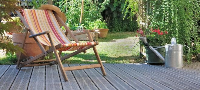 không gian sân hiên bên ngoài với ghế bên cạnh vườn