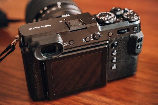 FujifilmGFX50R_ProductImage_04.jpg