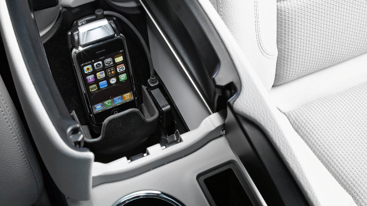 mercedes iphone cradle motorauthority 001
