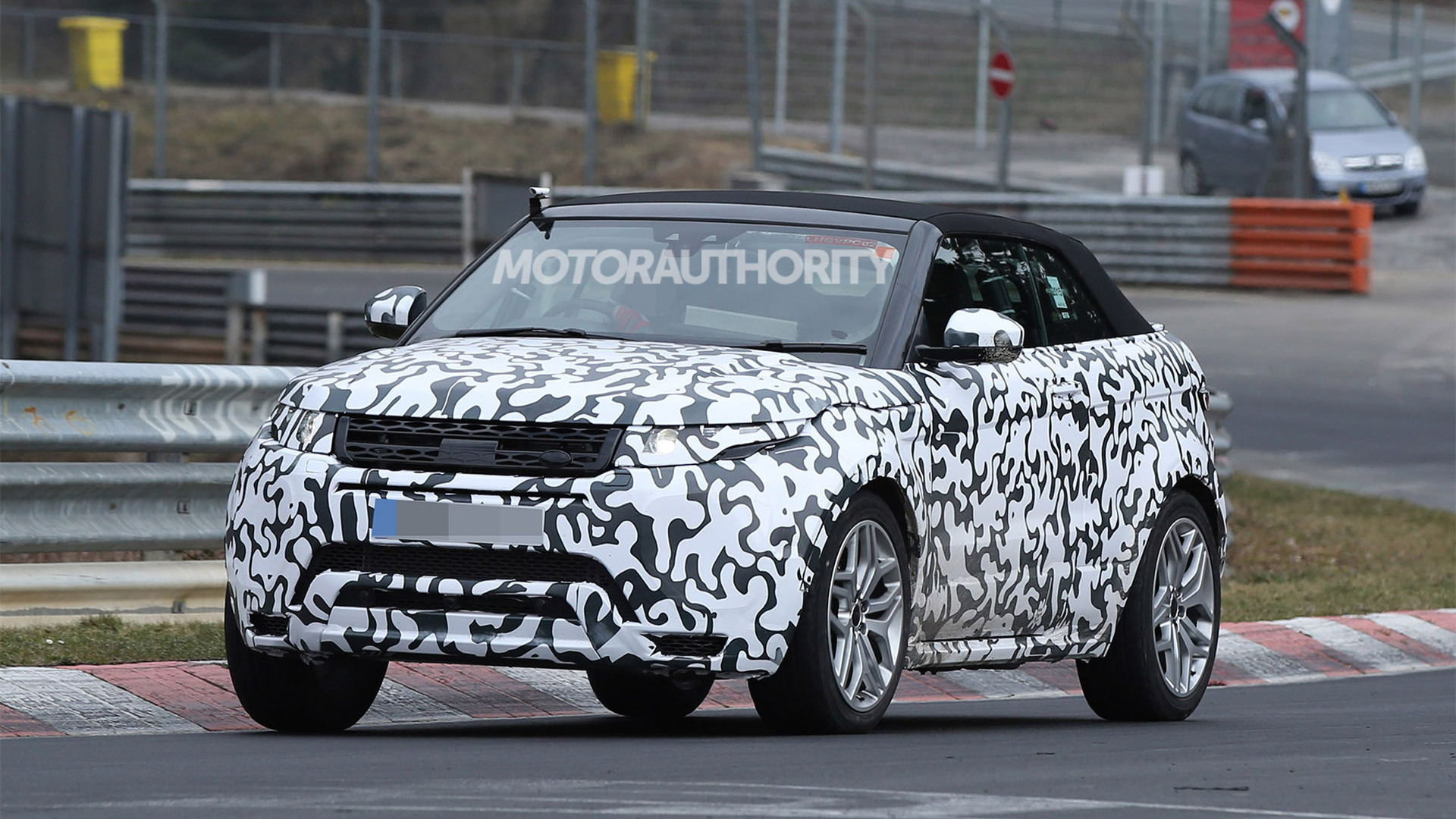 2016 Land Rover Range Rover Evoque Convertible spy shots - Image via S. Baldauf/SB-Medien
