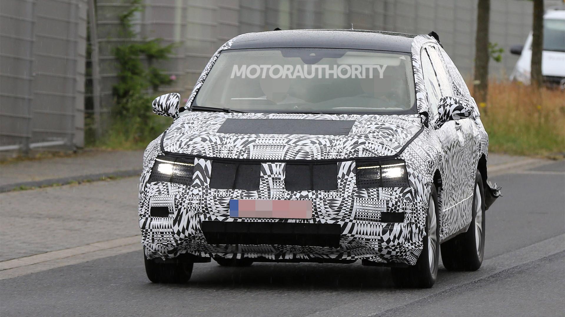 2018 Volkswagen Tiguan spy shots - Image via S. Baldauf/SB-Medien