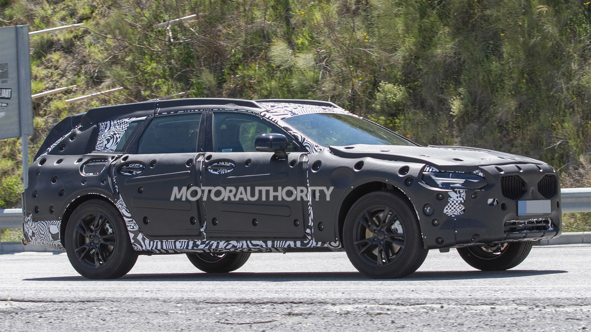 2018 Volvo V90 Cross Country spy shots - Image via S. Baldauf/SB-Medien