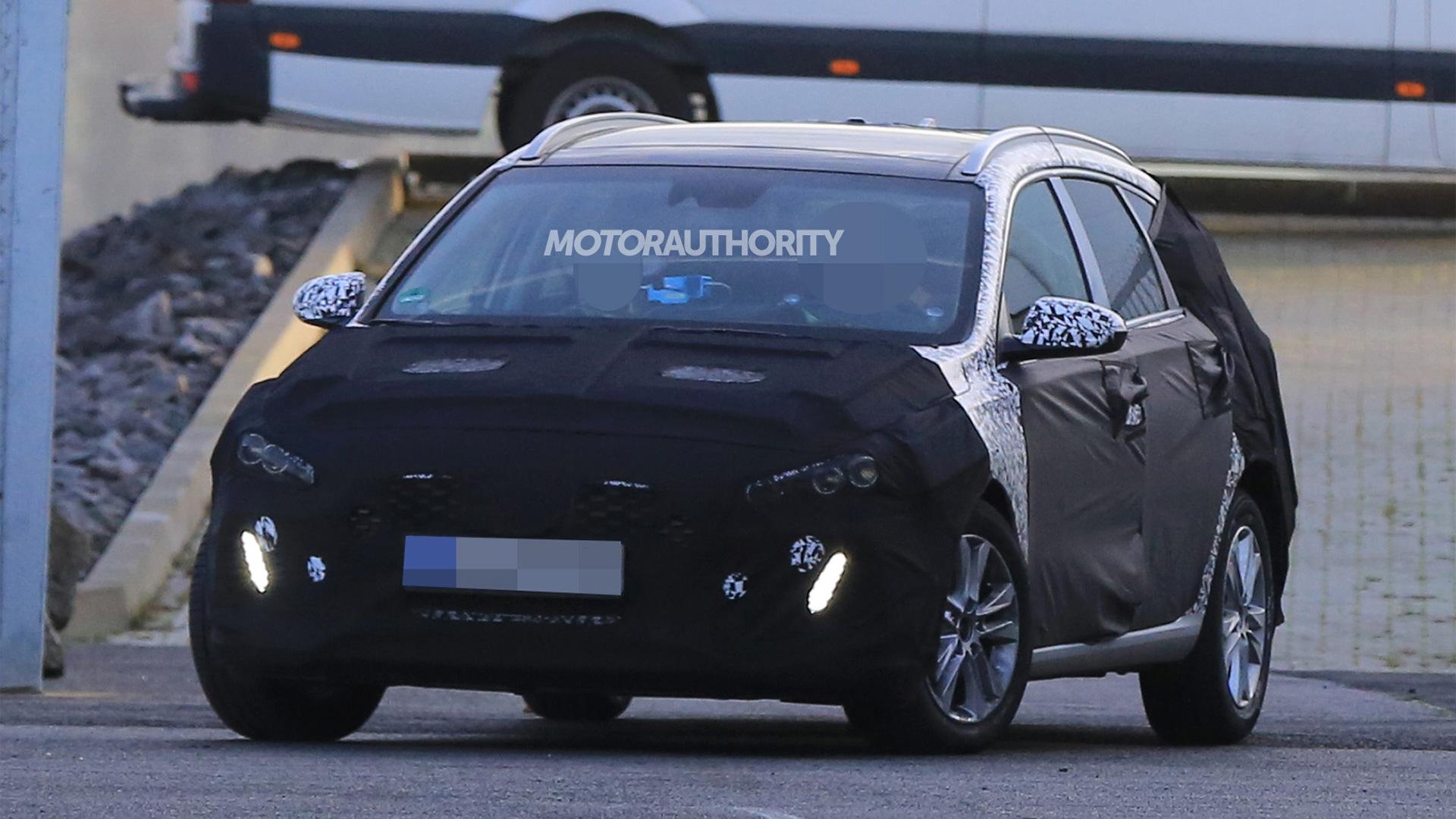 2018 Hyundai Elantra Touring (i30 Tourer) spy shots - Image via S. Baldauf/SB-Medien