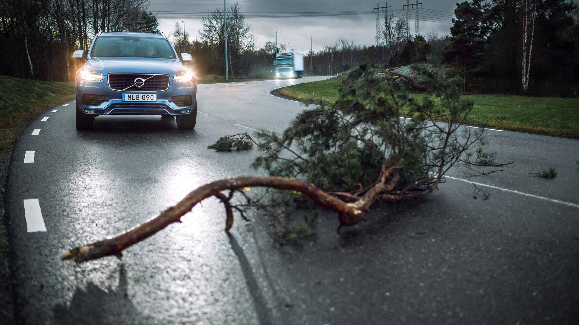 Volvo Cars and Volvo Trucks  Connected Safety hazard-alert service