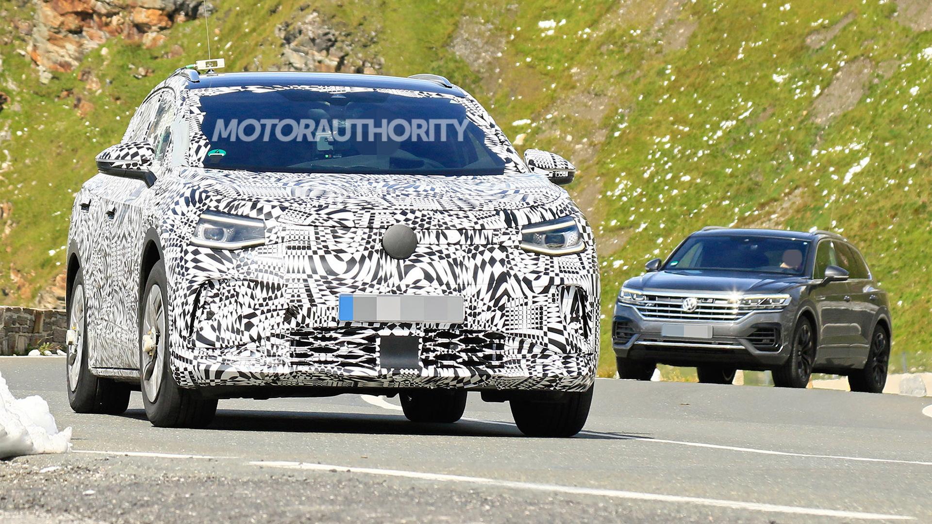 2021 Volkswagen ID 4 (Crozz) spy shots - Photo credit: S. Baldauf/SB-Medien
