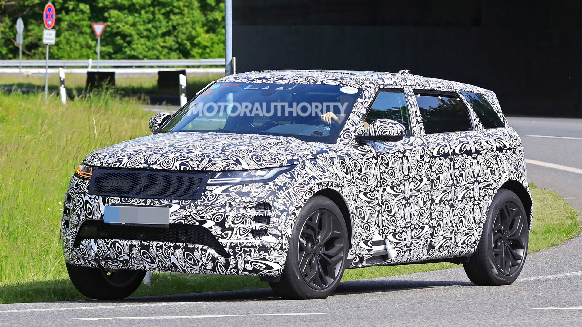 2021 Land Rover Range Rover Evoque Long Wheelbase spy shots – Photo credit: S. Baldauf/SB-Medien