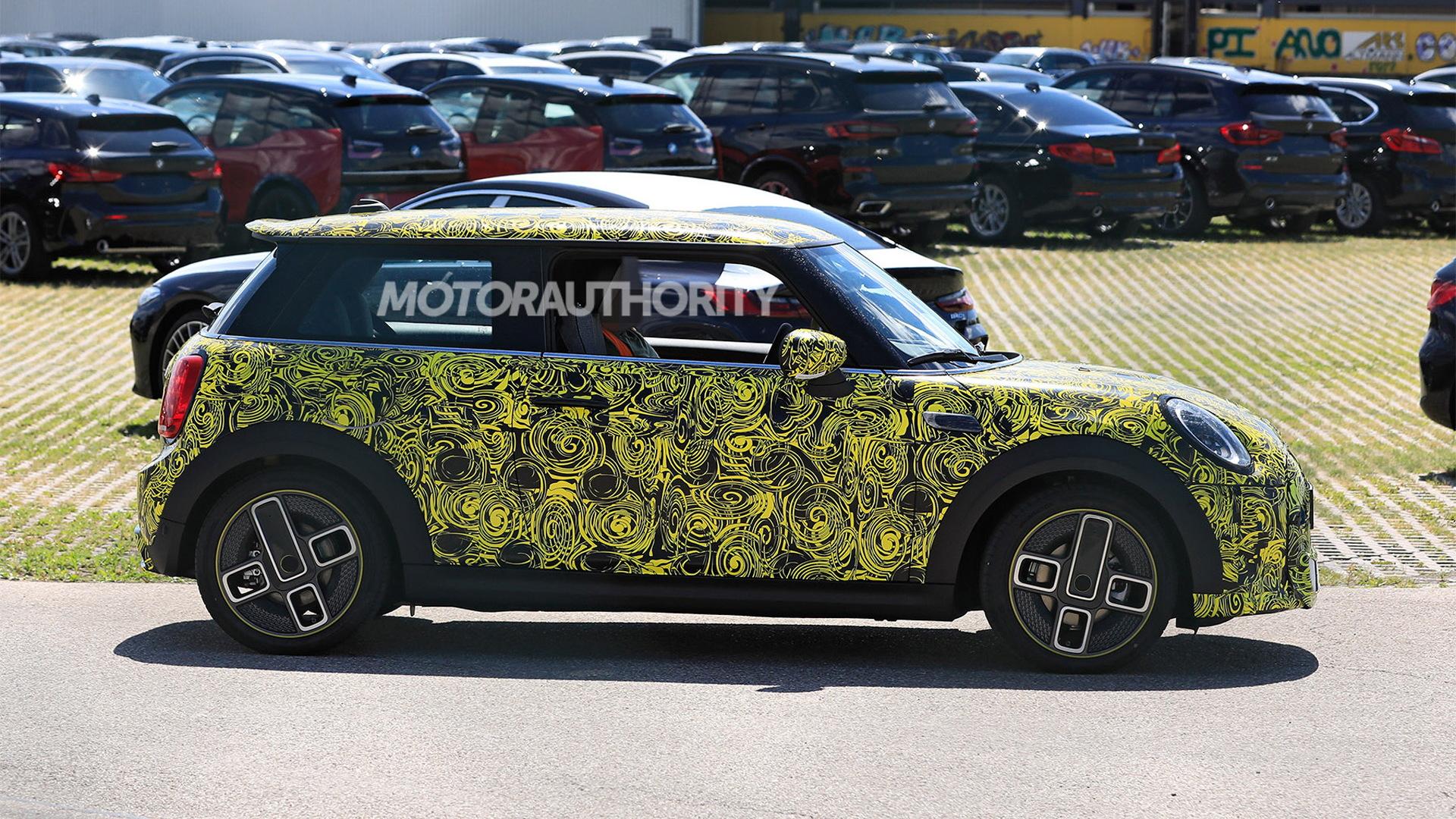2022 Mini Cooper SE facelift spy shots - Photo credit:S. Baldauf/SB-Medien